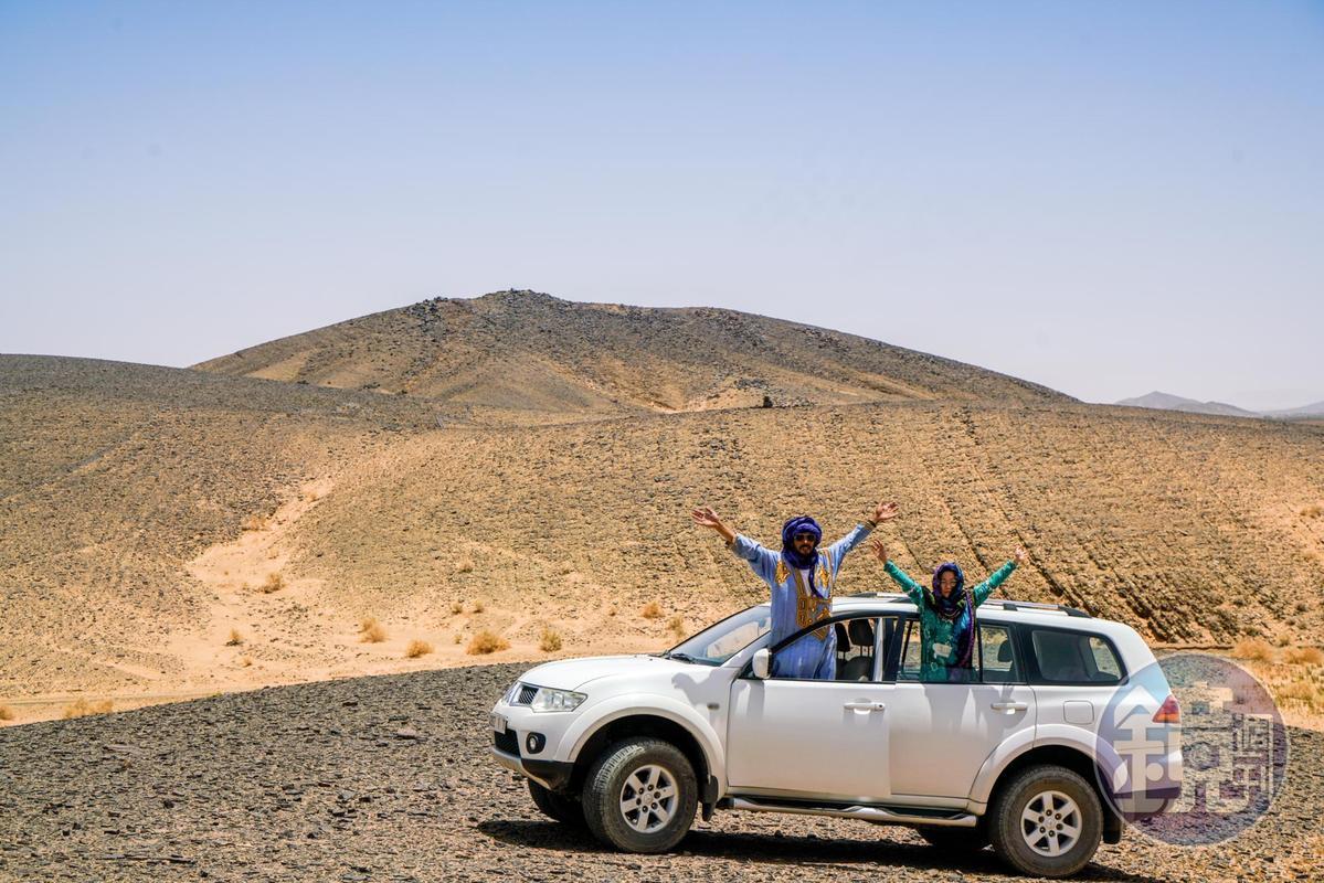 2人開著車,帶遊客深入沙漠。