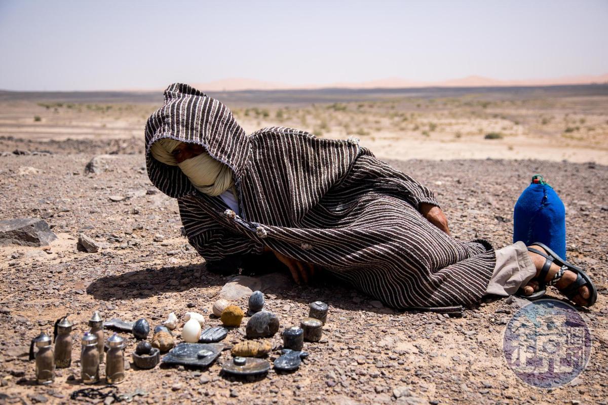 乾旱使得無牧可放,遊牧民族只能依賴販售化石或者觀光業生活。