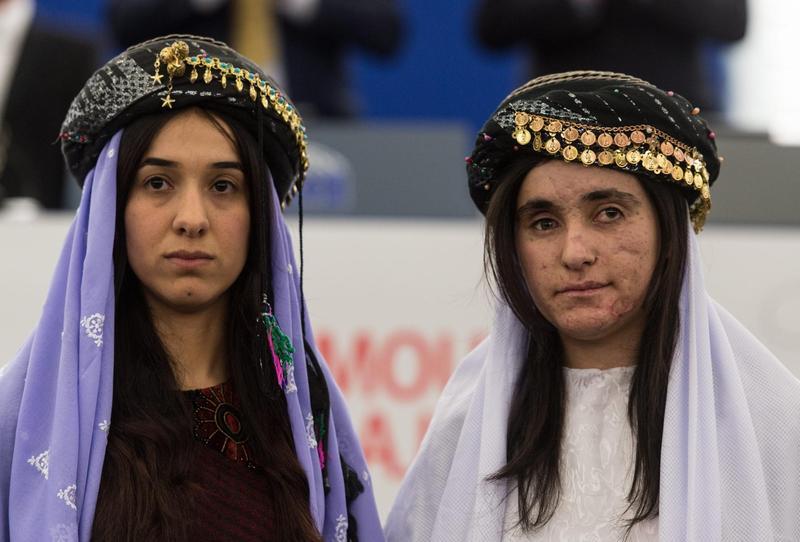 Nadia Murad(左 )2016年12月獲頒歐洲議會人權獎,右為Lamia Aji Bashar,同樣曾淪為伊斯蘭國的性奴隸。(東方IC)