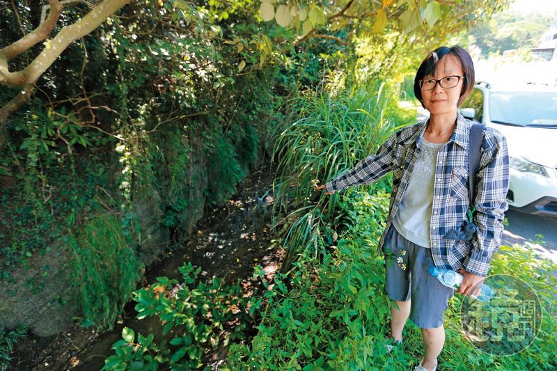 陳翠琴指出,竹東垃圾掩埋場留下的垃圾水,在這裡匯流到頭前溪。