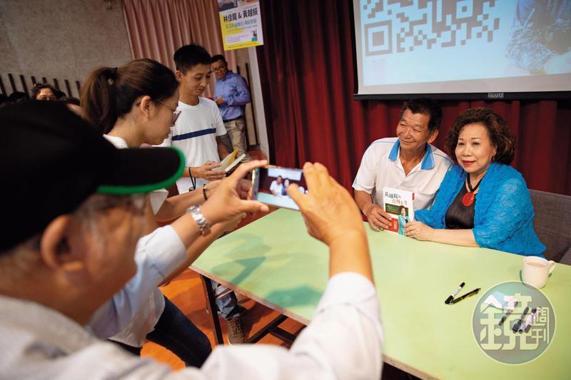 黃越綏(右)寫過多本兩性書籍,也常上談話性節目,大鳴大放的「黃老師」形象深入人心。