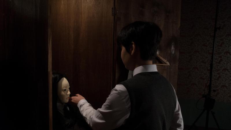韓國新生代演員鄭允錫輕撫櫃內人頭模型假髮的畫面詭異莫名,他與蔡妍飾演一對母子,母親對兒子執著的愛也釀成了悲劇。(HBO提供)