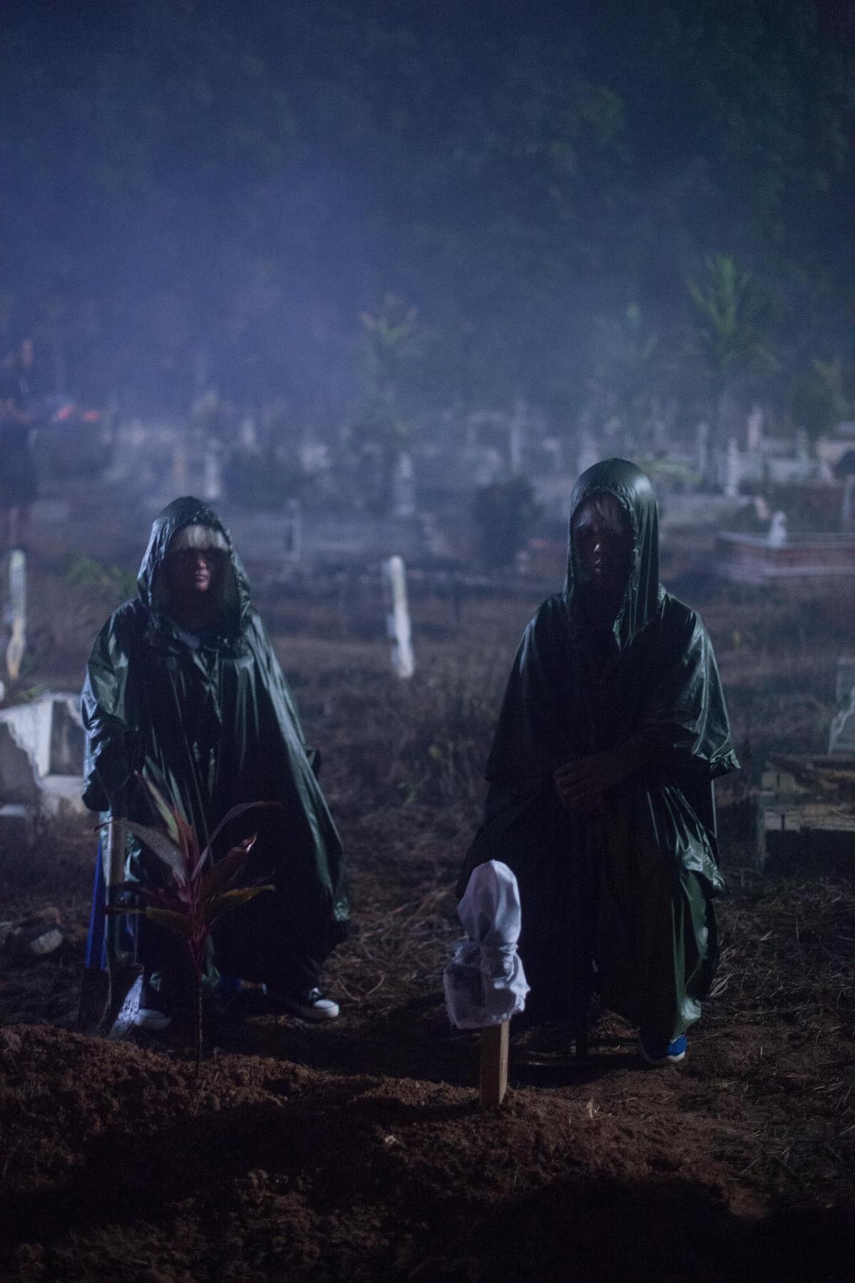 馬來西亞篇圍繞神祕的薩滿女巫士展開,華人導演何宇恆用養小鬼的故事,描繪靈異反噬的力量。(HBO提供)