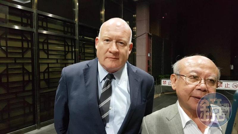 伊森葛特曼(左)訊後已被請回,右為葛特曼的律師李勝雄。