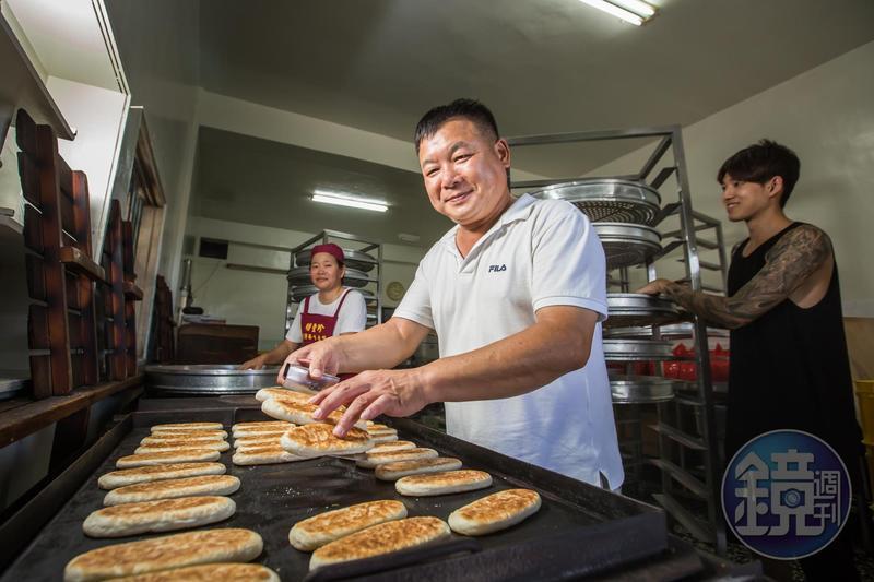 蘇正興(中)29年前偕妻子黃美珠(左),臨危接下明豐珍兔仔寮牛舌餅家業,長子蘇志偉(左)從小就要幫忙做餅。