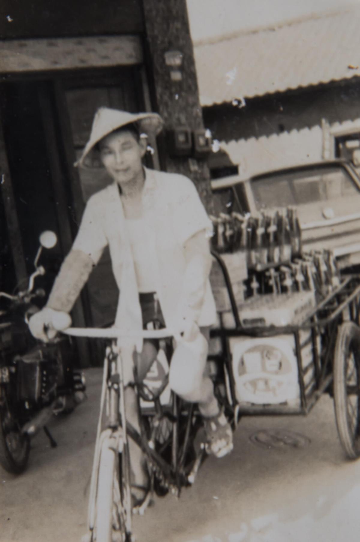 明豐珍的前身明豐行是統一汽水中區經銷商,蘇義源騎腳踏車將汽水送到雜貨店。(明豐珍兔仔寮牛舌餅提供)