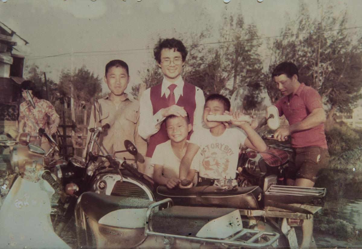 蘇正興(右2)的童年雖過得清苦,但一家人窮則變變則通,倒也是讓他最珍惜的快樂時光。(明豐珍兔仔寮牛舌餅提供)