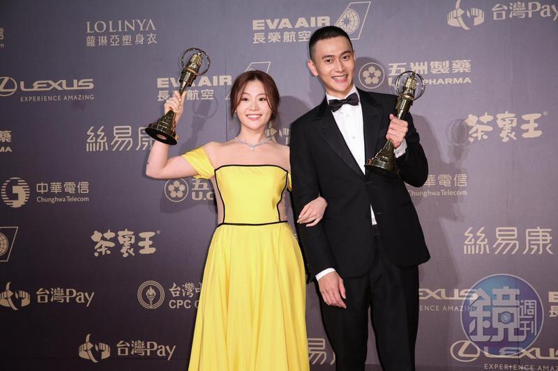 劉冠廷和楊小黎分別拿下金鐘男配角和女配角獎,兩人開心合影。
