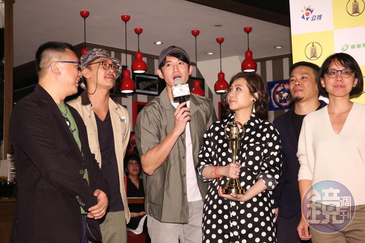 未入圍的吳慷仁(中)趕到《麻醉風暴2》慶功宴與劇組團聚。