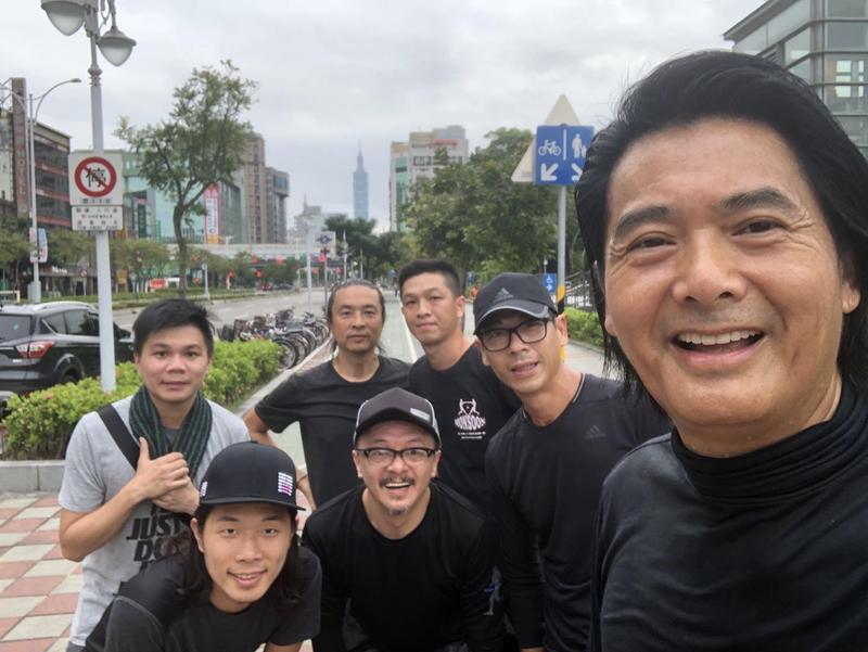 近年熱愛跑步的發哥到台灣,慢跑也是不能少的。(双喜電影提供)