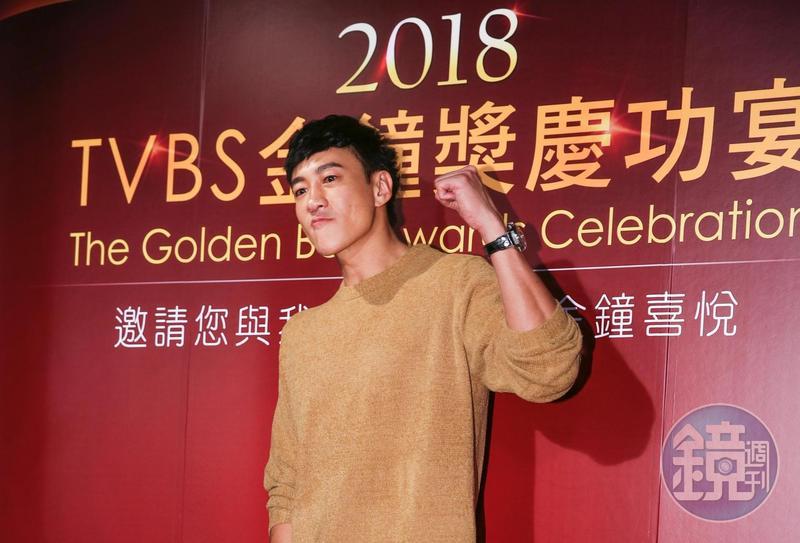 靠著《翻牆的記憶》拿下金鐘最佳導演,何潤東開心慶功。