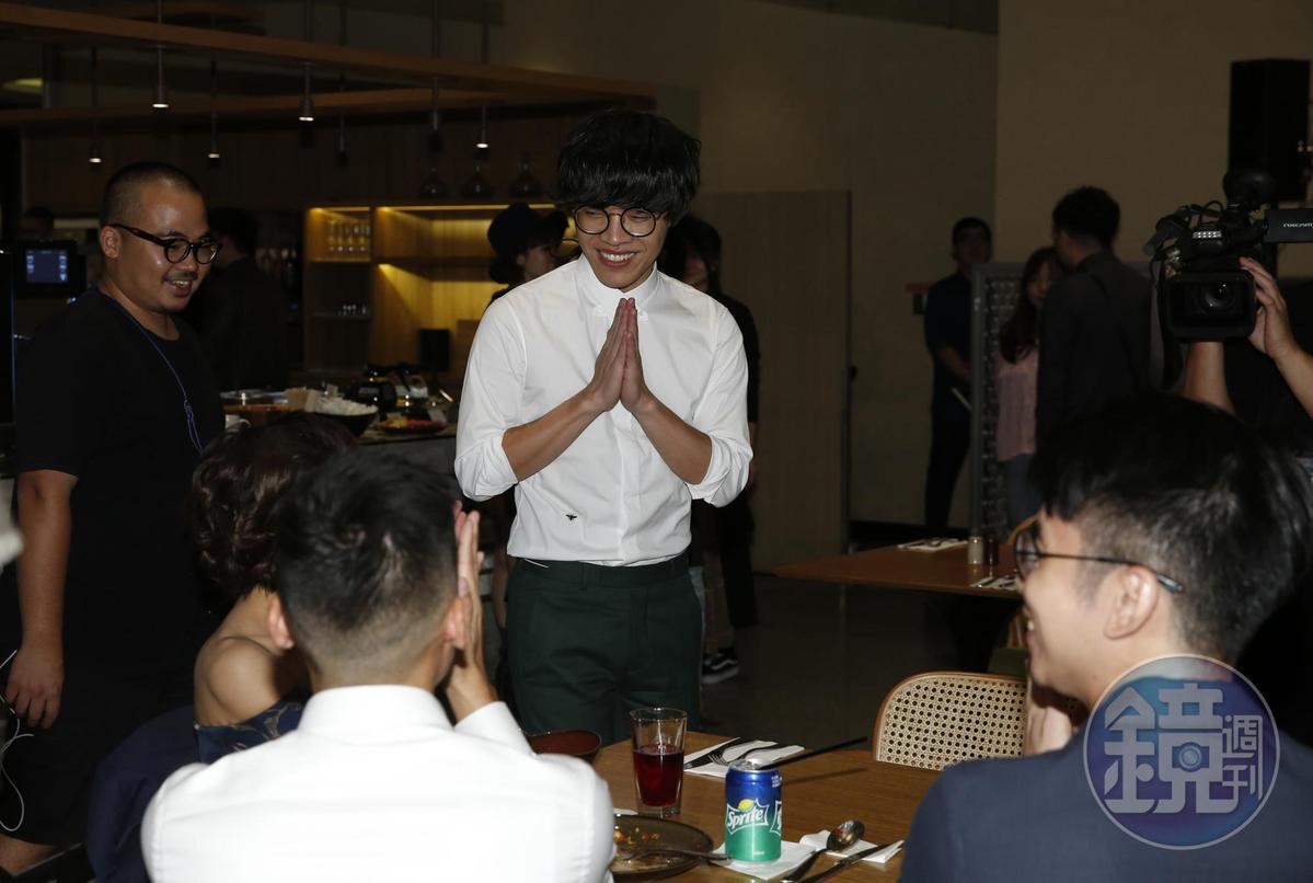 盧廣仲出席慶功時,開心的他還四出滿場走,大家不斷上前恭喜他。