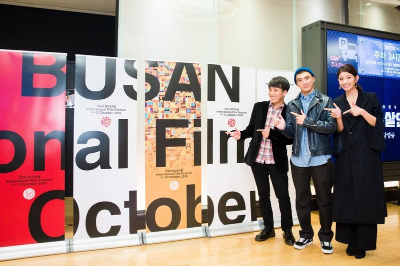 導演洪子烜率領演員林哲熹與李千娜,一起在釜山進行《狂徒》的世界首映。(貴金影業提供)