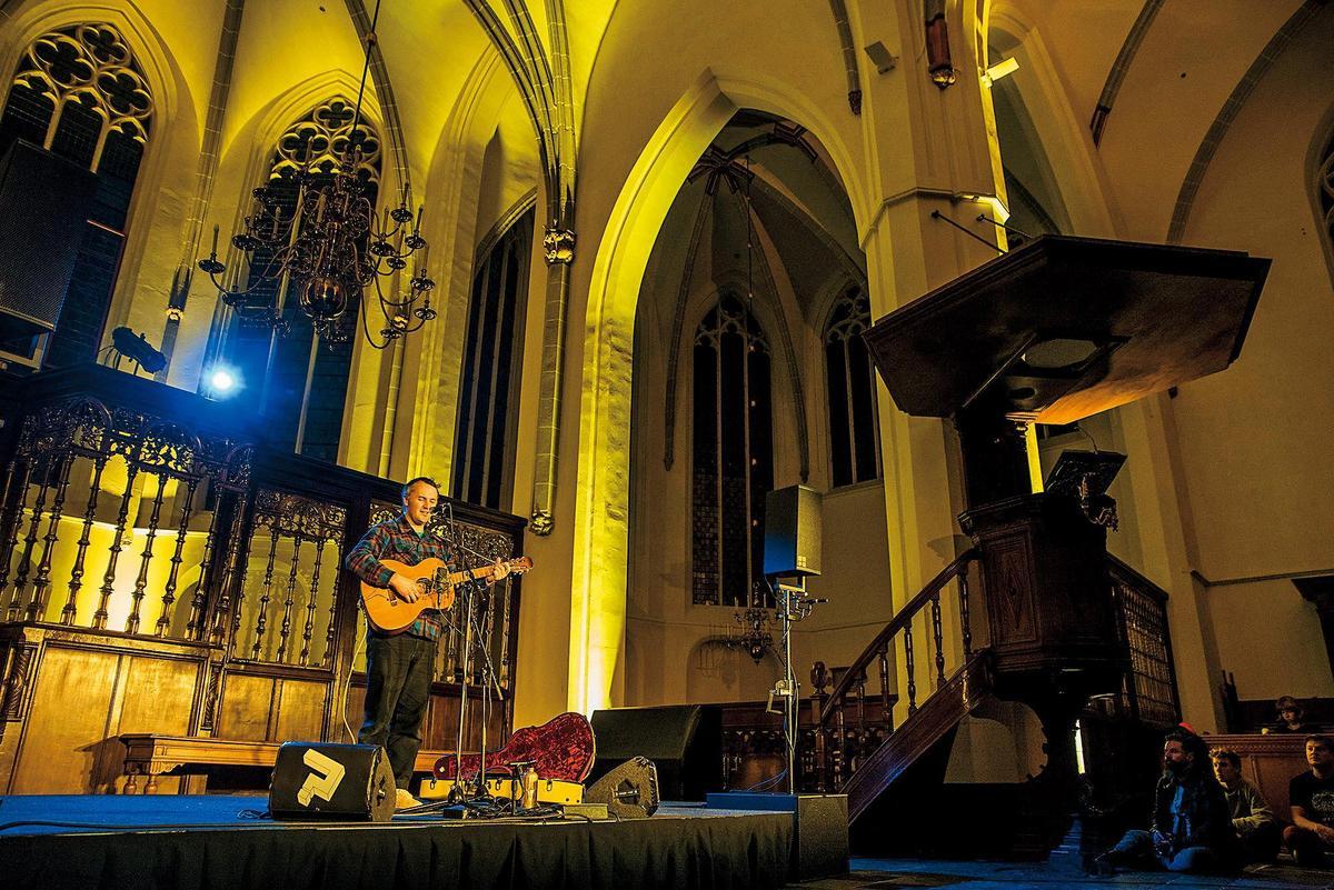 隨著規模愈來愈大,音樂節的表演場地也更多元,教堂是其中之一。(LGW提供╱Tim van Veen攝)