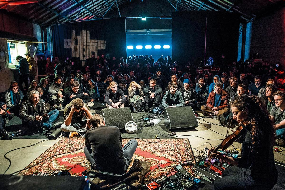 由於音樂表演類型多樣,吸引了許多對非主流音樂感興趣的觀眾。(LGW提供╱Tim van Veen攝)