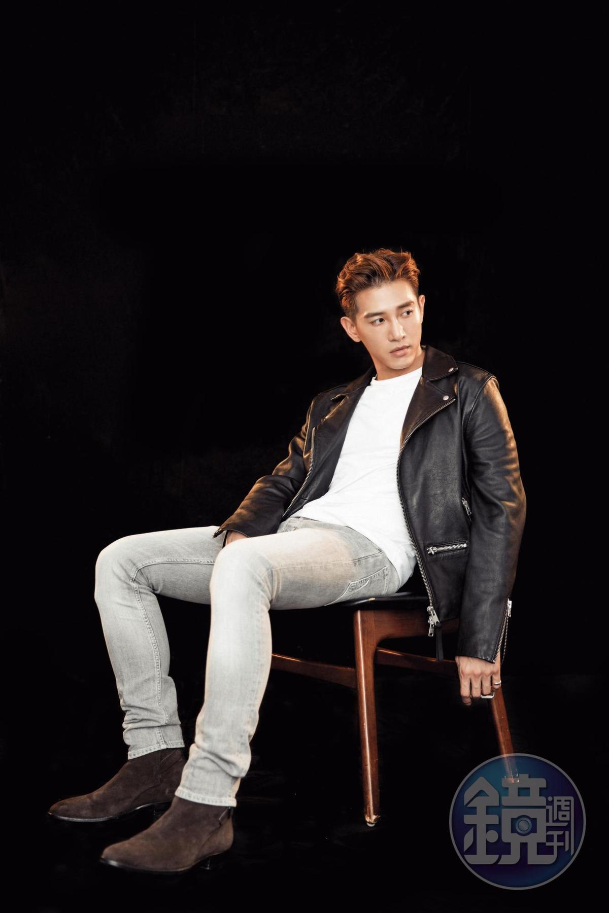 AllSaints白色T-Shirt, NT$1,500;AllSaints黑色機車騎士皮夾克, NT$19,700; AllSaints灰色煙管褲,約NT$5,100;AllSaints棕色麂皮短靴, 約NT$9,500。