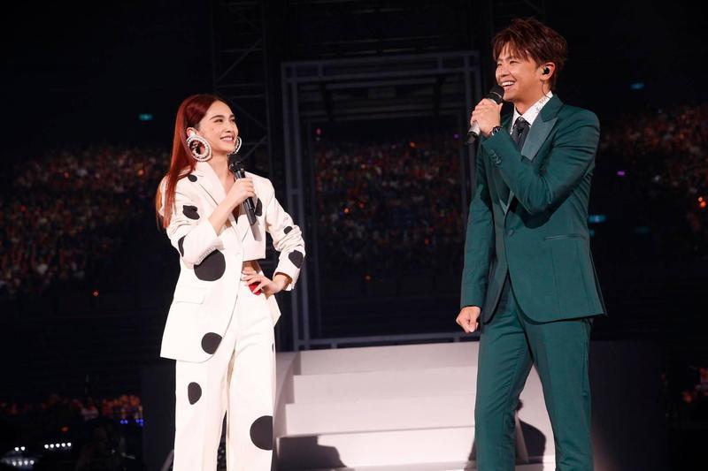 楊丞琳和小鬼在演唱會上合作〈海波浪〉。(翻攝自楊丞琳粉絲專頁)