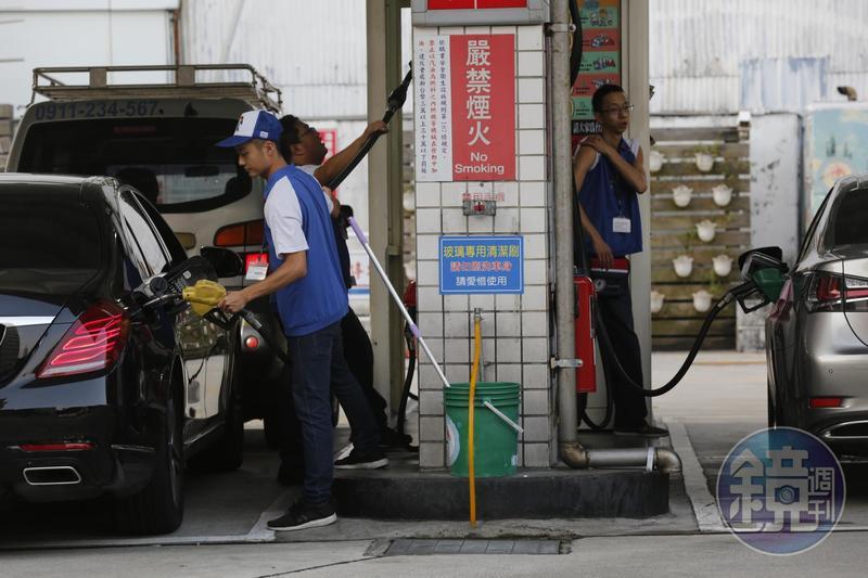中油宣布從8日起油價凍漲至年底,且以現行價格為上限,95無鉛汽油每公升「天花板」價為31.5元。