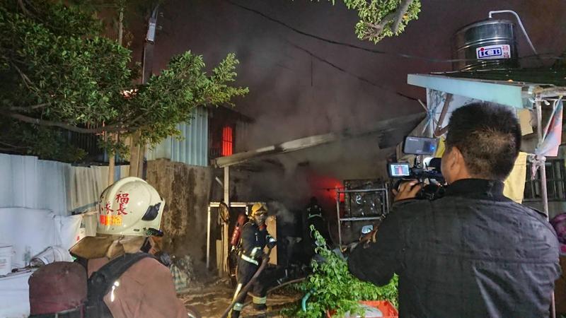 新莊三合院民房今清晨突然起火,11歲男童受困其中。(翻攝畫面)