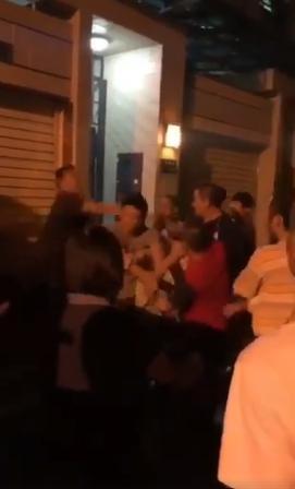 雙方一言不合上演全武行,幾名男子暴打檢舉達人。(翻攝網路)
