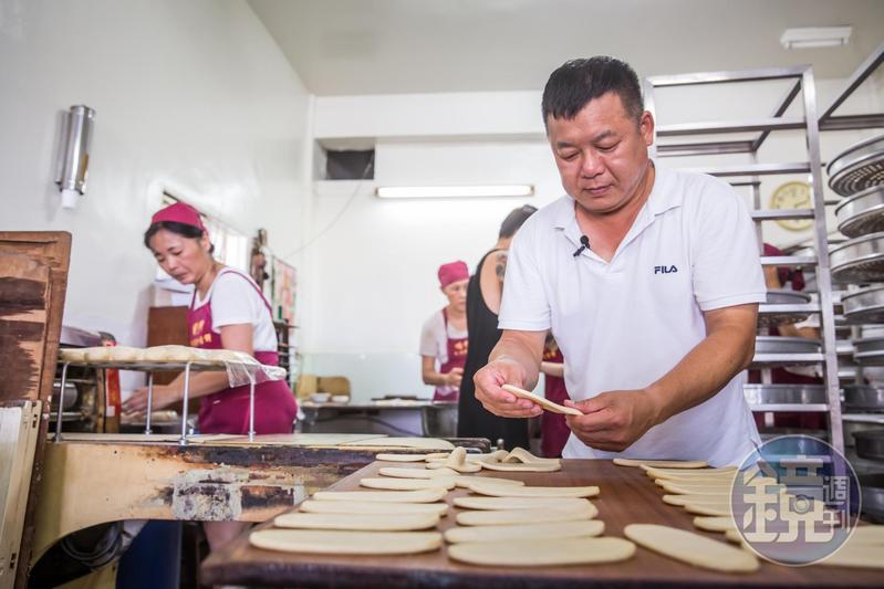 蘇正興(中)29年前臨危接下明豐珍兔仔寮牛舌餅家業,至今仍保留純手工製作流程。