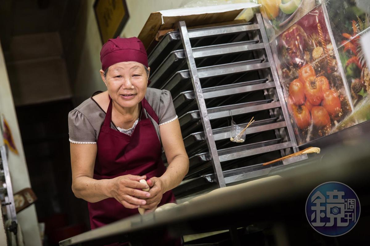 賴翠華是家中第一個學會做牛舌餅的人,她婚後在彰化永靖鄉開「邱記」餅舖。