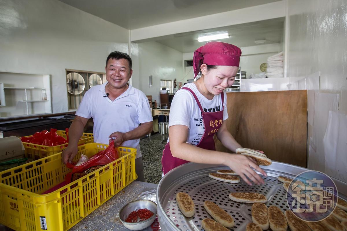 小女兒蘇婉綺(右)吃苦耐勞,挺著身孕仍俐落包餅、販售,是父親蘇正興的得力助手。