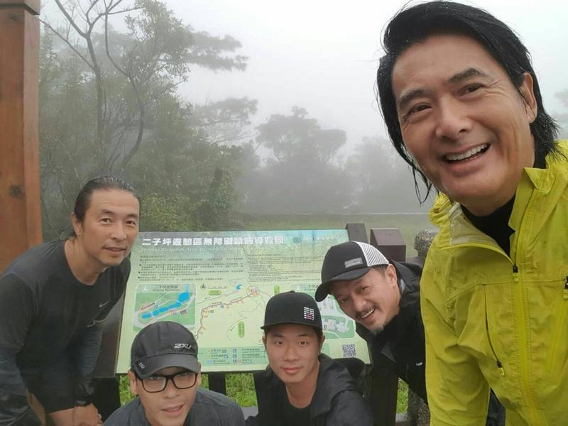 周潤發來台不忘晨跑,黃斌(後右一)也是被發哥拖下水慢跑的鐵咖之一。(双喜提供)