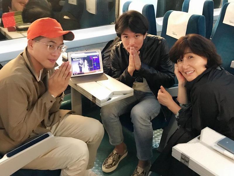 導演許智彥(左起)、邱澤、導演徐譽庭因碰上颱風,無法搭上直飛航班,只好改搭高鐵前往釜山,一路上還收看金鐘獎。(親愛的工作室提供)