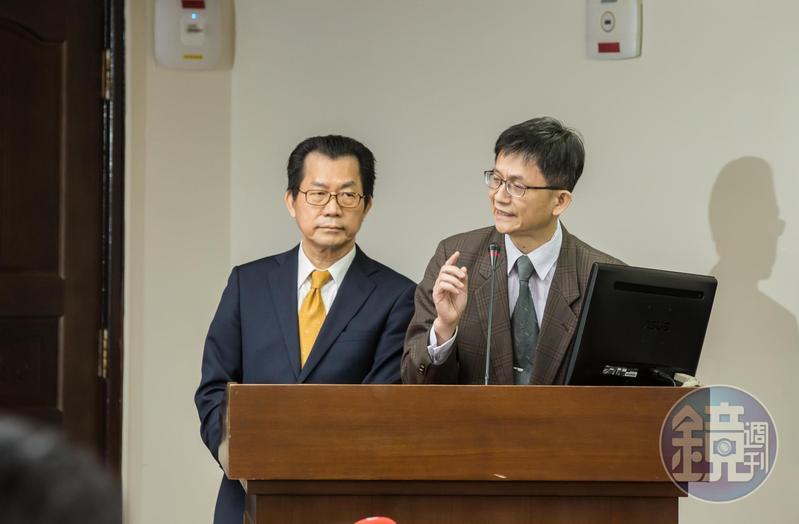 環保署副署長詹順貴(右)發表請辭聲明後,環評大會在環保署長李應元(左)裁決下,進行表決通過。