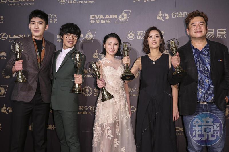 《花甲男孩轉大人》獲得最大獎戲劇節目獎,盧廣仲(左2)獲最佳男主角與新進演員2座獎,劉冠廷獲最佳男配角獎,堪稱今年大贏家。