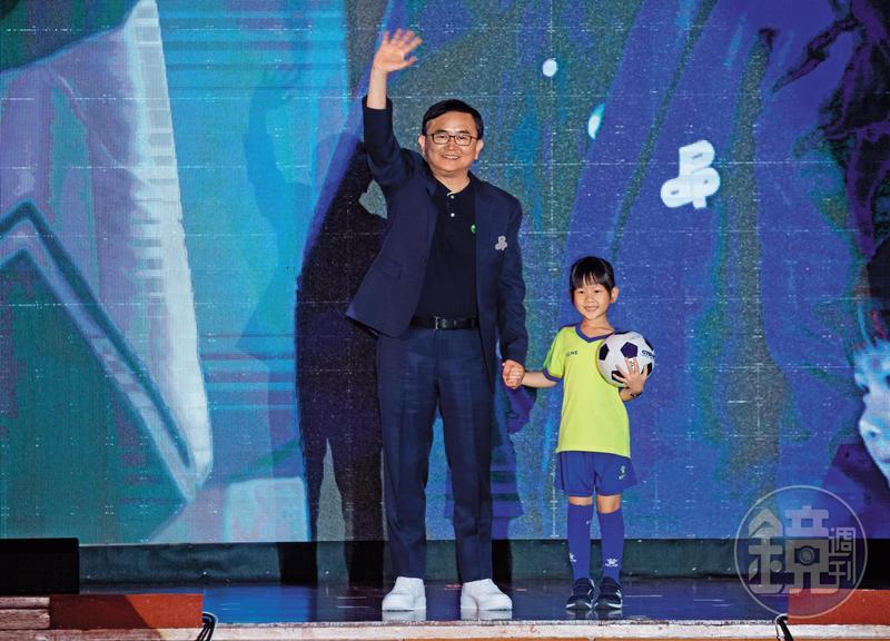 洪耀福評估民進黨台東縣長參選人劉櫂豪(左),有機會讓綠營在後山首度插旗。