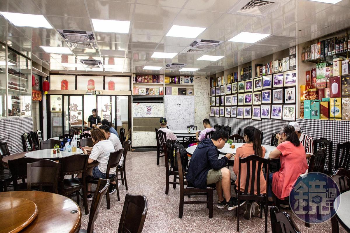 許多遊客慕名來「三層樓芋頭餐館」品嘗芋頭美食。