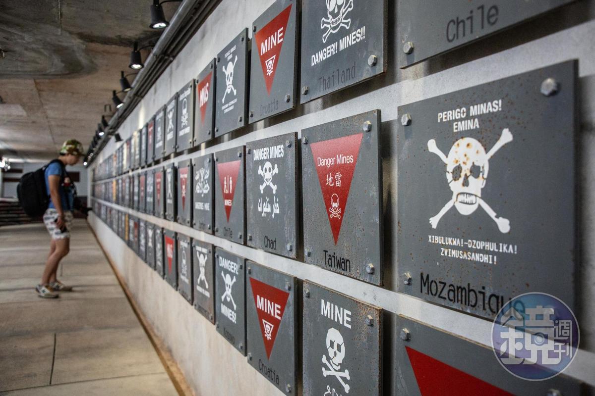 來自世界各國的地雷標語牌,有如地雷界的萬國博覽會。