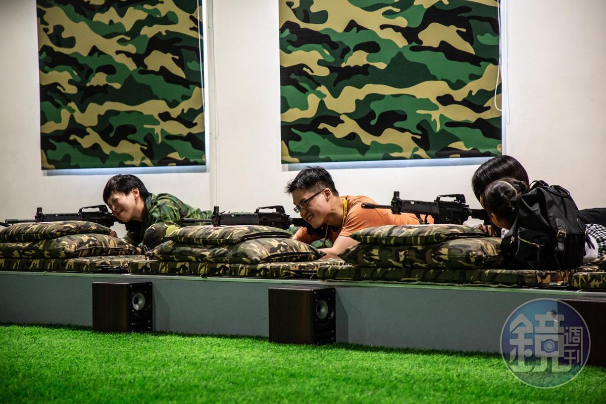 不論是外觀與重量都與真槍相仿的步槍,發射時還能感受到後座力。