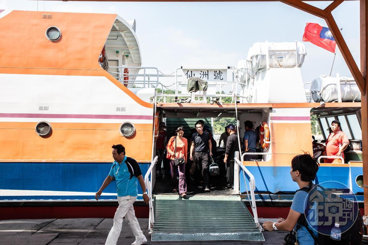 從金門水頭碼頭搭船前往烈嶼九宮碼頭,航程約10分鐘,成人單程票60元,每半小時就有1班。
