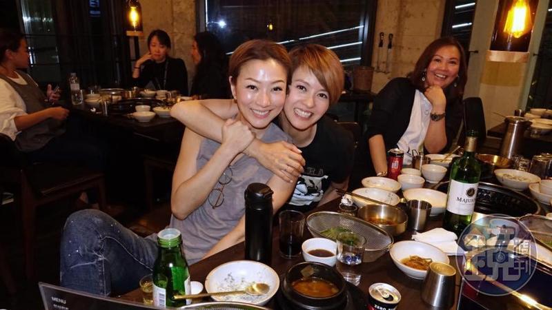 鄭秀文與梁詠琪為電影《八個女人一台戲》出席第23屆釜山國際電影節,兩人工作之餘也不忘大吃大喝。(翻攝自鄭秀文臉書)
