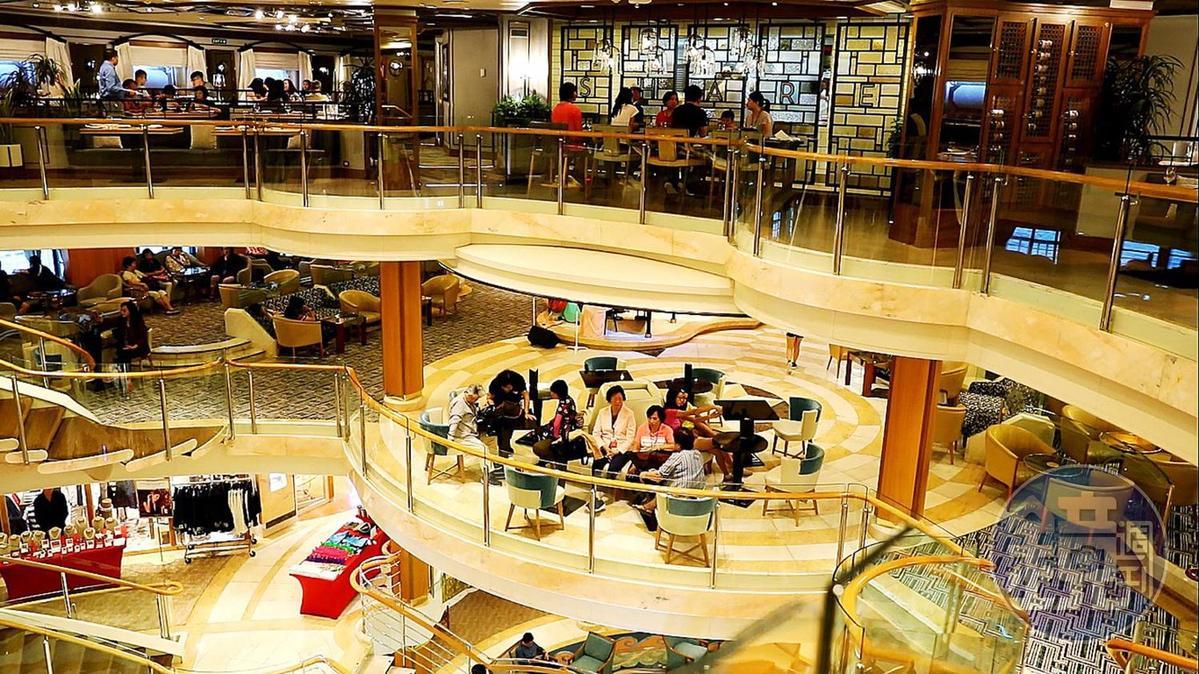 住在靠近5~8樓船中央的人,若想去吃飯或參加中庭的派對活動,就很方便。