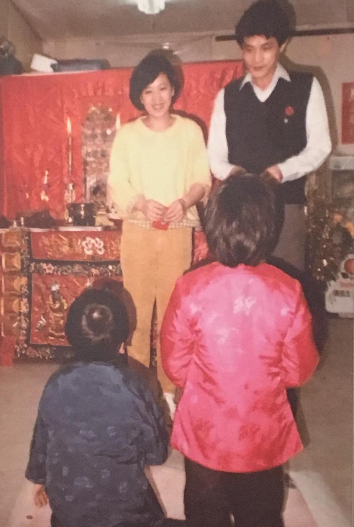 賈靜雯與弟弟小時候過年都要跟爸媽磕頭拜年討紅包。(翻攝自記者會現場)