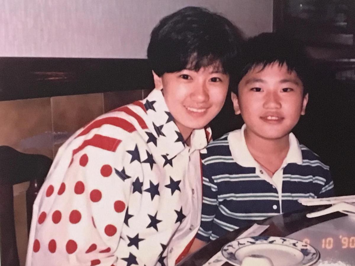 賈靜雯與弟弟賈子宸從小感情就很好。(翻攝自記者會現場)