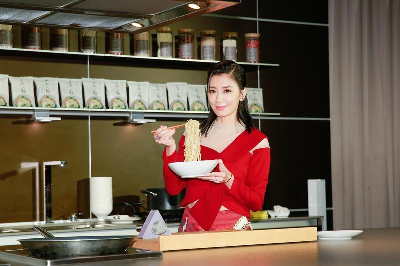 賈靜雯在記者會上現場煮麵給媒體享用。