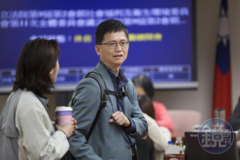 行政院表示,詹順貴在深澳電廠環差審查會中投下關鍵一票遭致批評,為避免他再度面對同樣的壓力,勉予同意請辭。