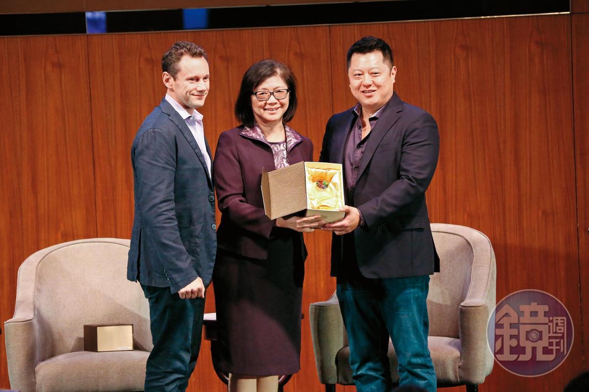 台北市影委會總監饒紫娟(中)致贈紀念品給兩位貴賓。
