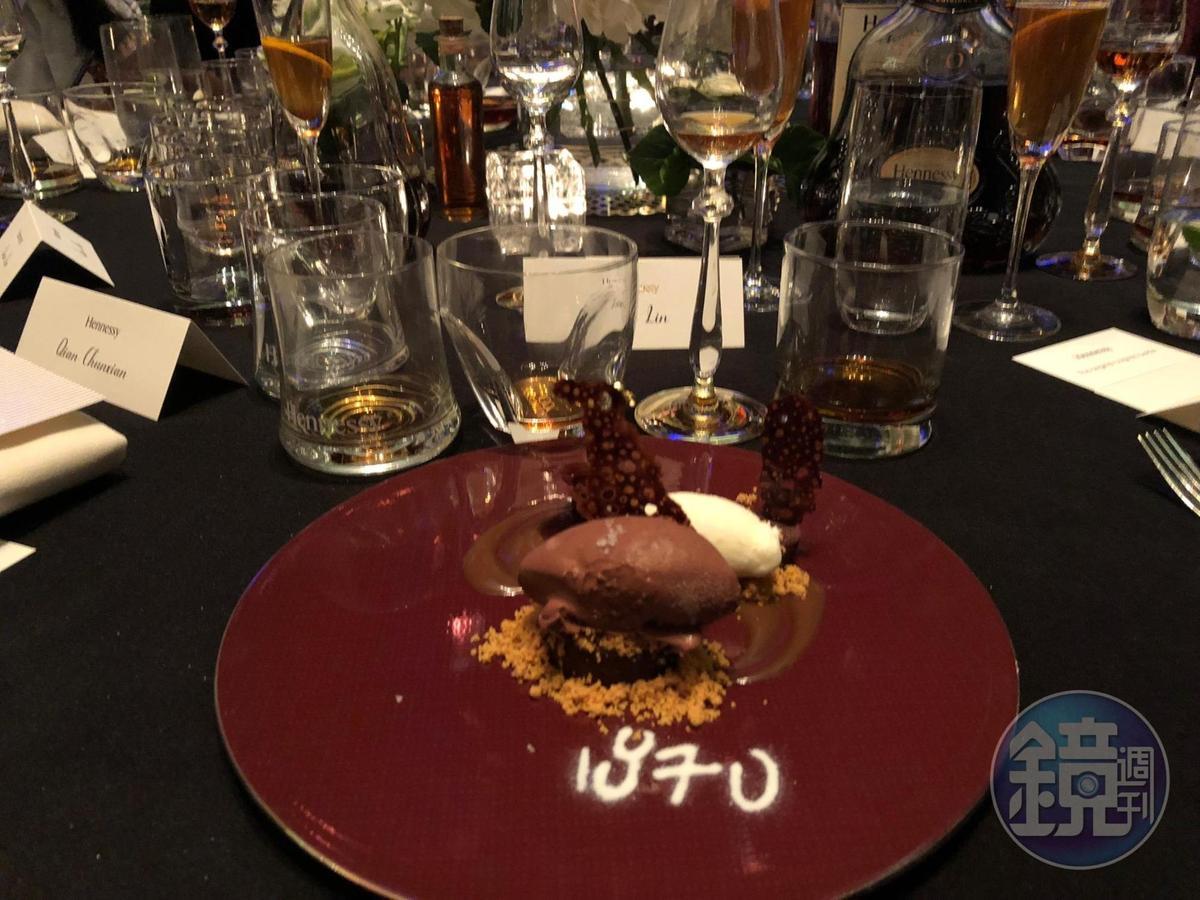 焦糖黑巧克力的盤飾上寫的1870,暗喻Hennessy X.O誕生的年分。