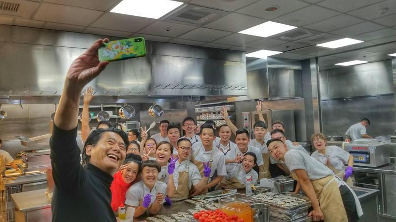發哥中午前往名廚江振誠開設的RAW用餐,又開心與小廚師們自拍。(双喜提供)