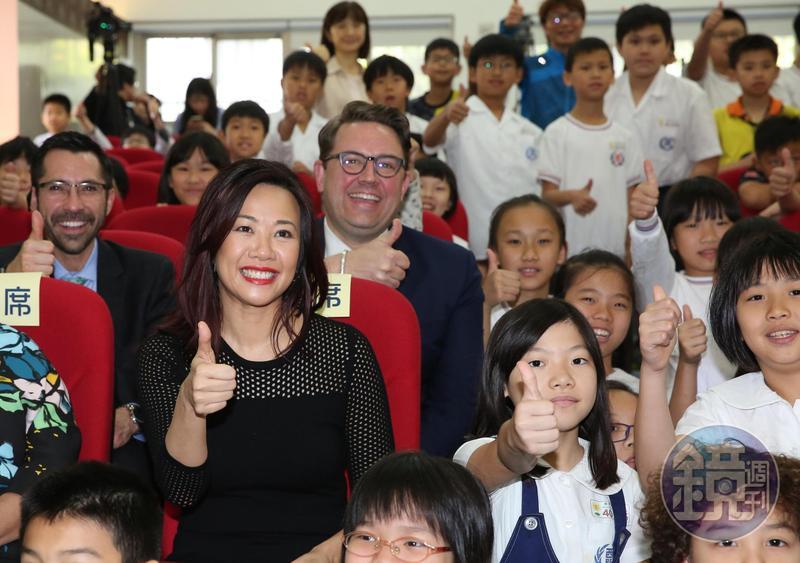 新光金大公主、新壽副總吳欣盈(黑衣者)找新光家第三代,一同參與網銀國家隊。