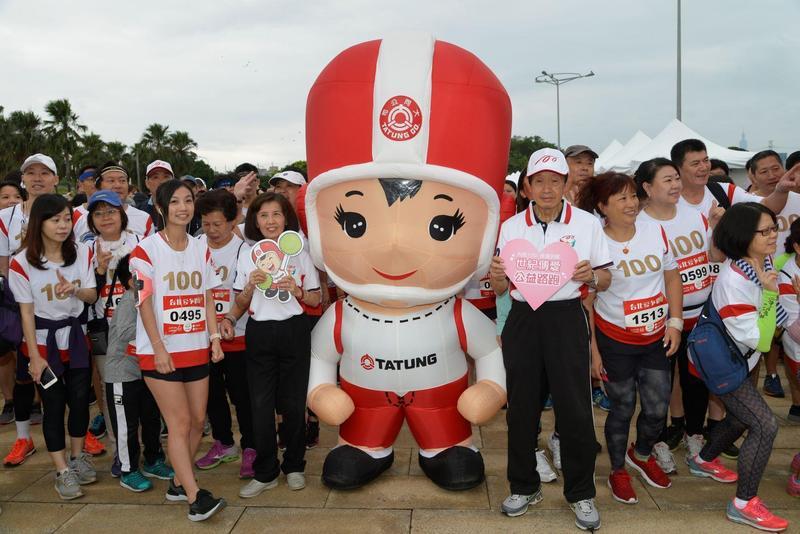 大同董事長林郭文艷與前董事長林蔚山鳴槍,和跑友一起開跑。(主辦單位提供)