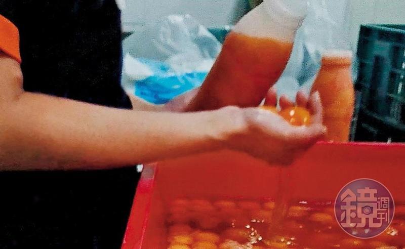 員工徒手撈起蛋黃裝瓶成為液體蛋,販售給飯店和餐廳小吃部。