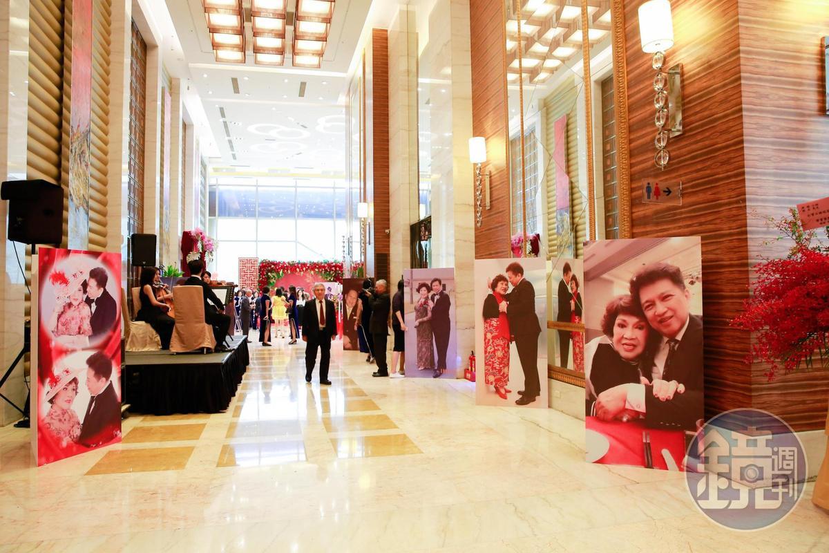 賓客可以跟阿姑、李朝永的人型看板合照。