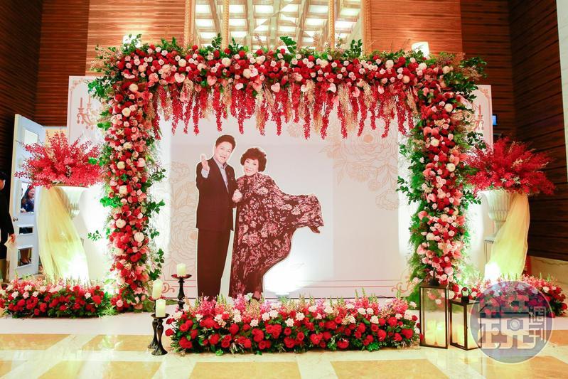 阿姑婚宴會場,一進門就是阿姑跟李朝永的美照看板。